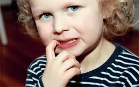 عادات سيئه للطفل ,http://www.sihati.com/2013/10/How-to-save-your-child-in-the-habit-of-nail-biting.html