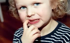 عادات سيئه للطفل ,http://www.sihati.com/2013/10/How-to-save-your-child-in-the-habit-of-nail-biting.html