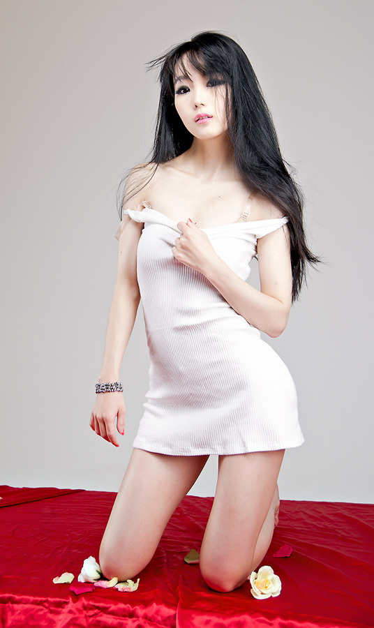 Im Soo Yeon sexy in White