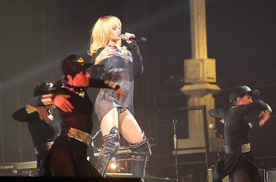 Rihanna performs pics