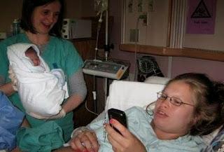 mãe acabou de dar a luz e está no celular