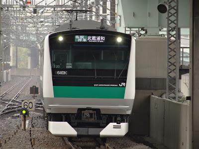 りんかい線新木場駅へ到着するJR東日本E233系7000番台