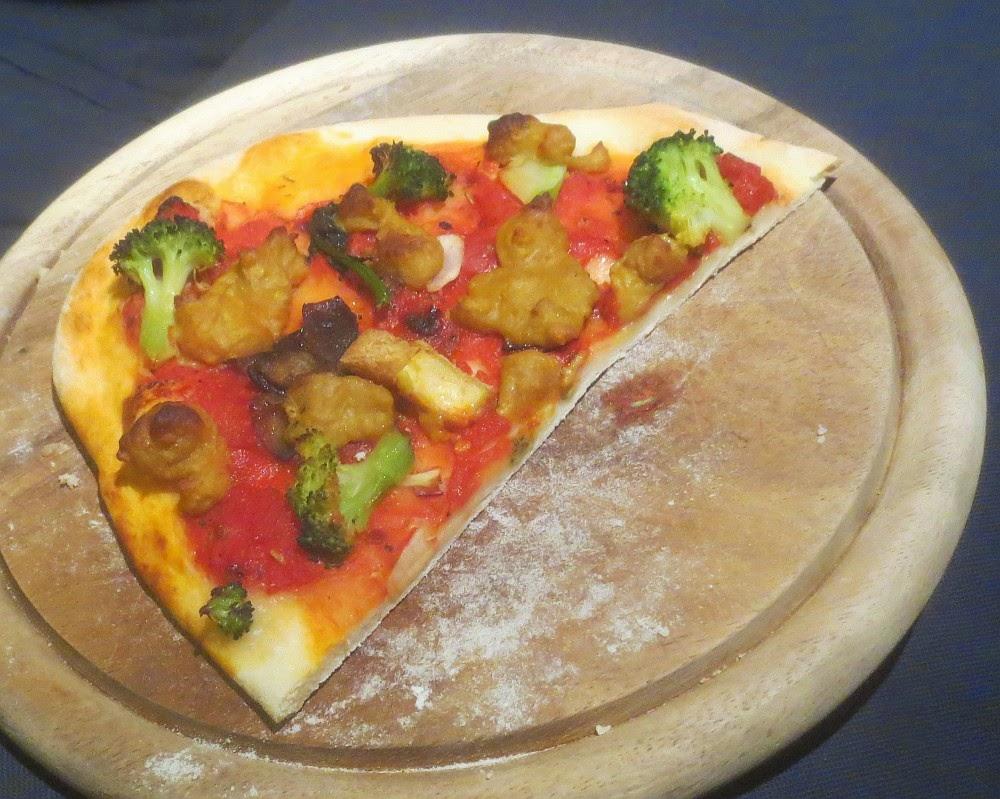 Vegane Pizza mit Gemüse und Hefeschmelz