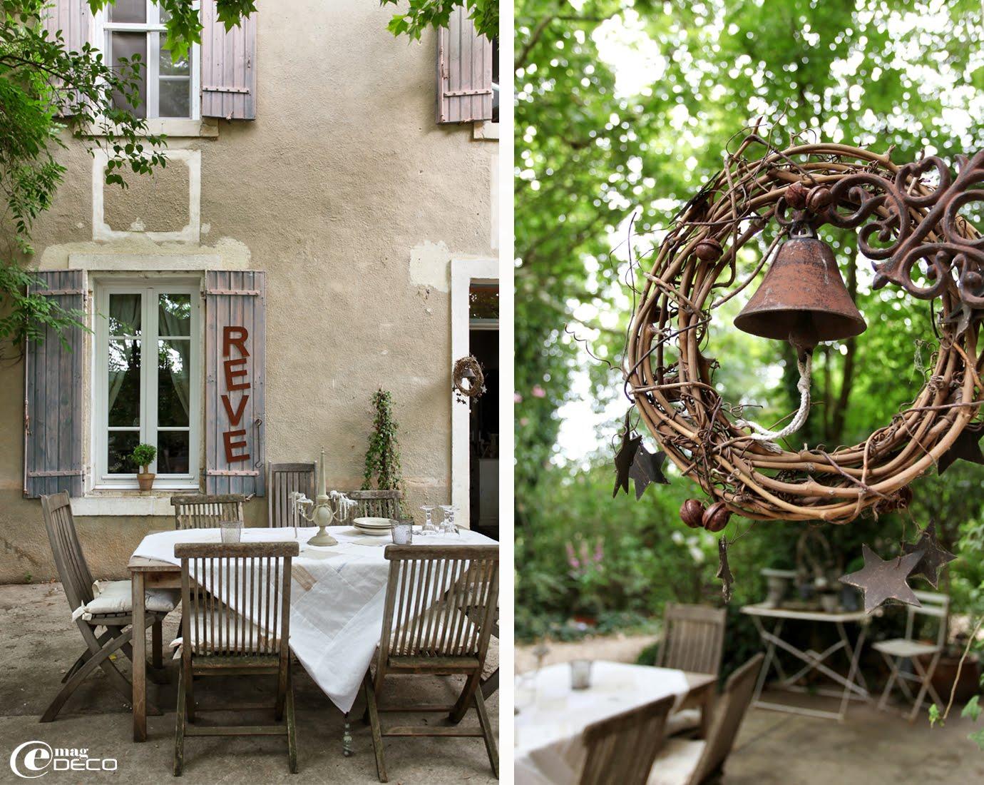 Sur la terrasse devant la maison d'Elsa, une table est dressée avec une nappe en patchwork de tissus anciens, création Les toiles de l'une