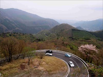 A sinuosa estrada de Iroha-zaka - Japão