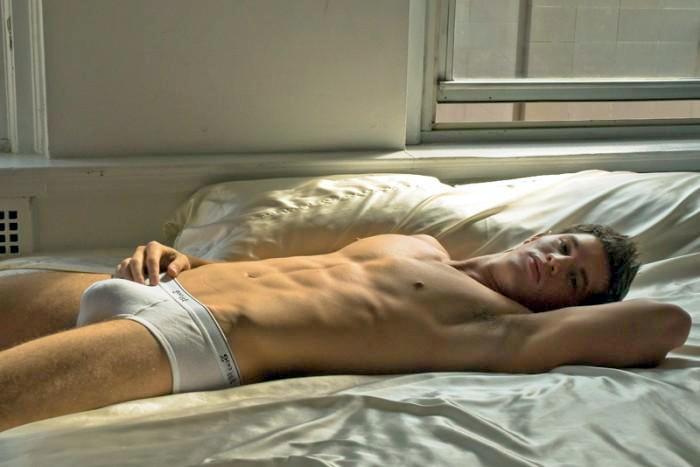 Голая лежит на кровати фото