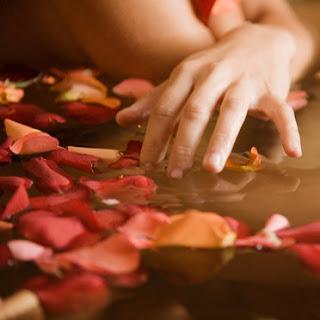 ماء الورد وفوائده l-eau-de-rose-359378