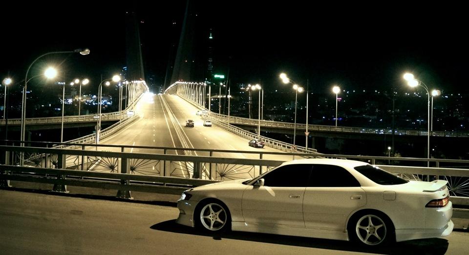 Toyota Mark II X90, japoński sedan, driftowóz, samochody z silnikiem 1JZ, tuning, miasto nocą, fotografia, JDM