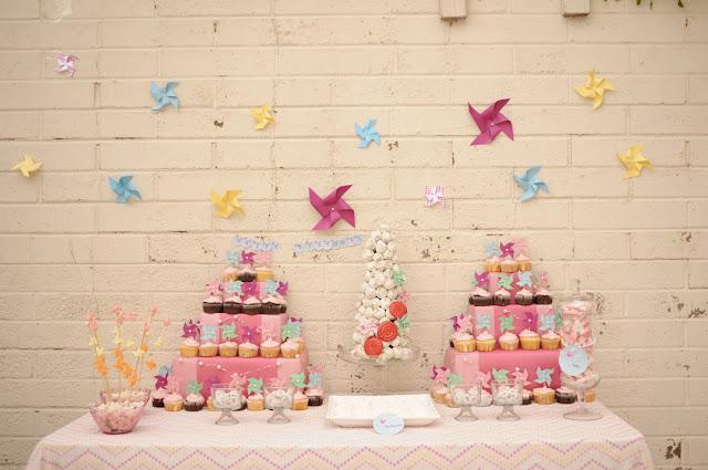 mesa de dulces con molinillos de papel