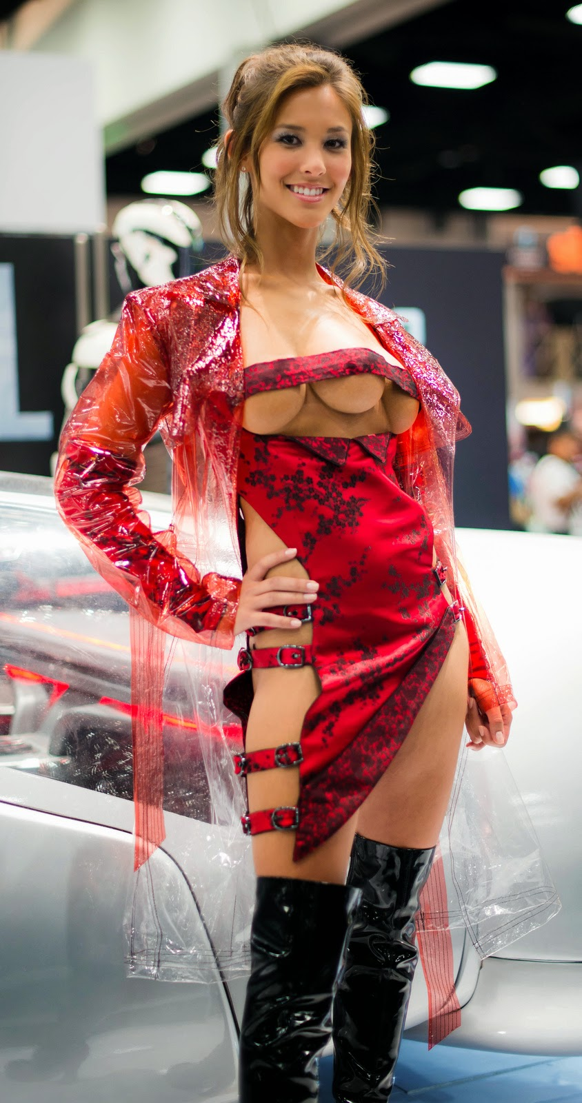 kaitlyn leeb en cosplay martienne total recall et robe ajourée