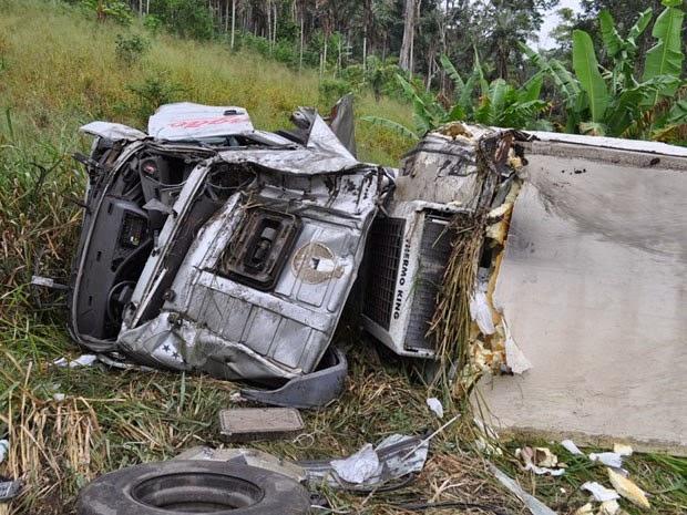 Cabine de caminhão fica destruída após acidente, próximo à Itamaraju, no sul da Bahia. (Foto: Marcos Cunha / Itamaraju Notícias)