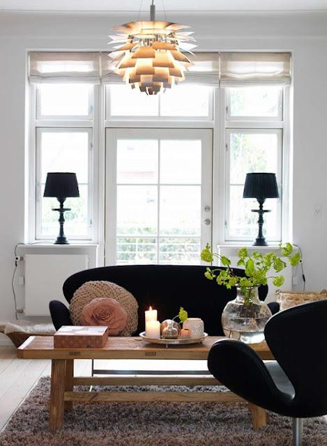 Dänisches Design: Swan Sessel und Zweitsitzer von Arne Jacobsen plus Artischocken-Leuchte von Poul Henningsen