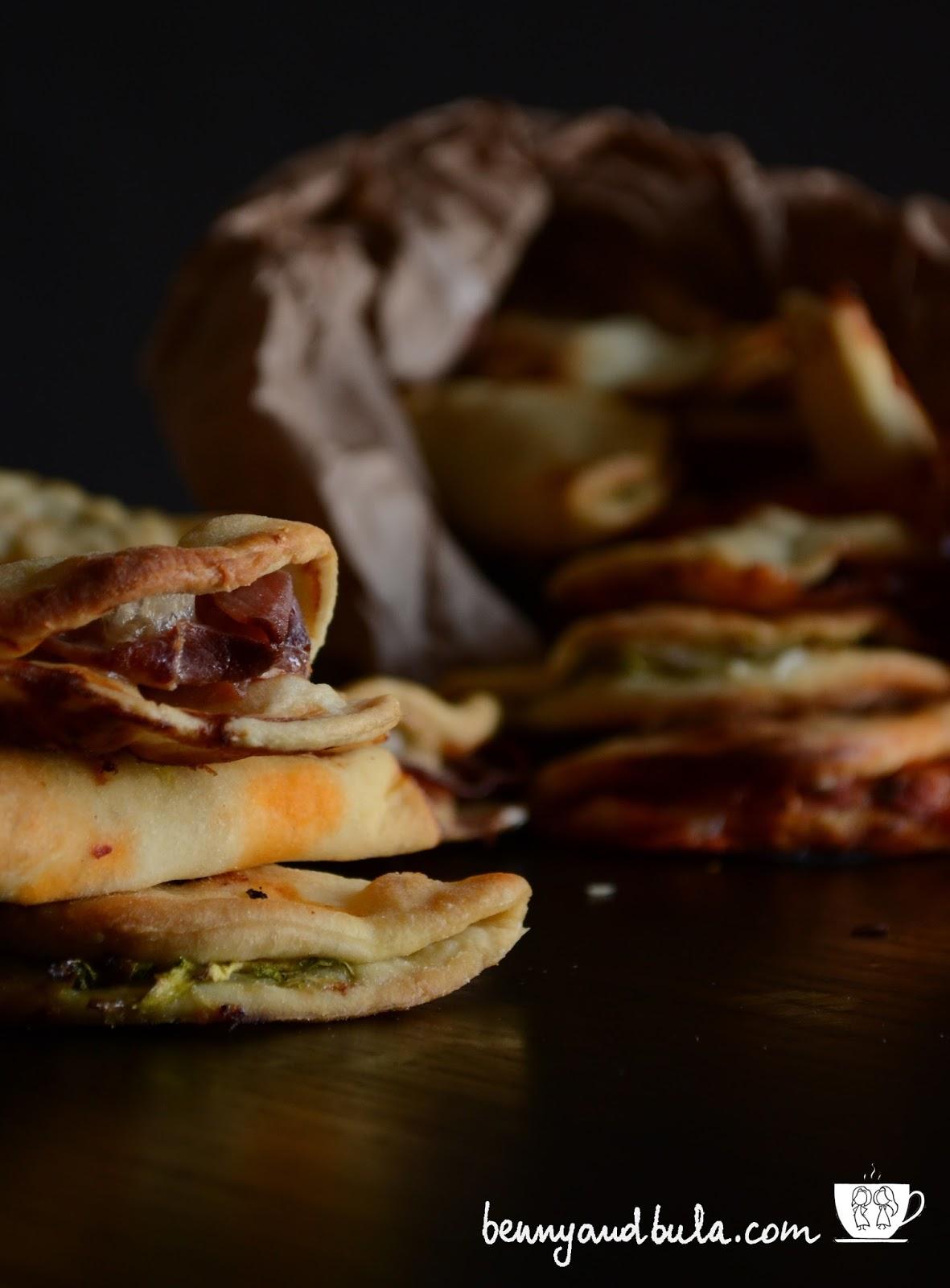 ricetta nacchere, calzoni ripieni con pomodoro e mozzarella/ stuffed or filled pizza