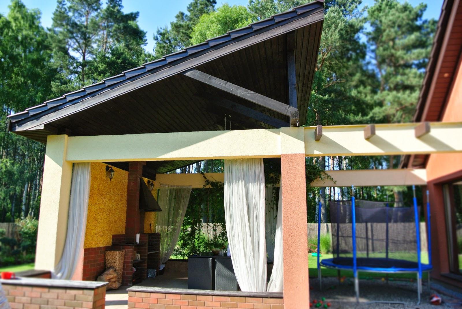trampolina,altana murowana,grill na zamówienie,hiszpański taras,ceglana elewacja,zasłony na tarasie,woale na tarasie,ryflowane deski,ukośny dach,nietypowy taras,wyjątkowa altana,design w ogrodzie,designerski taras,