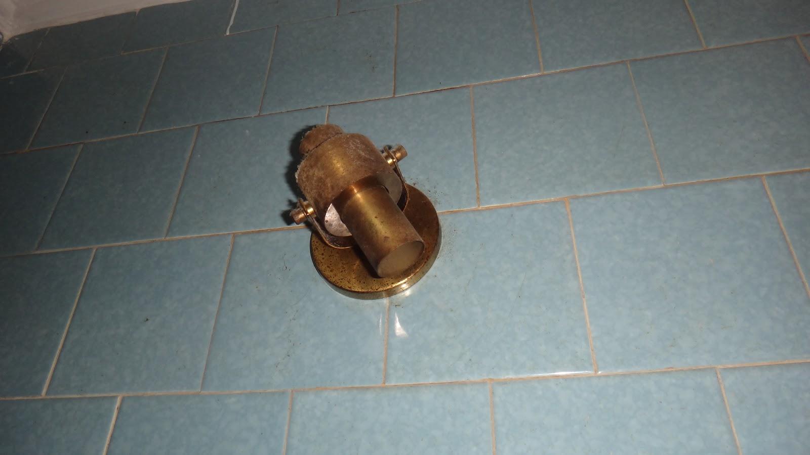 é do espelho que fica na porta estava todo enferrujado e sujo #67442A 1600x900 Banheiro Antes E Depois