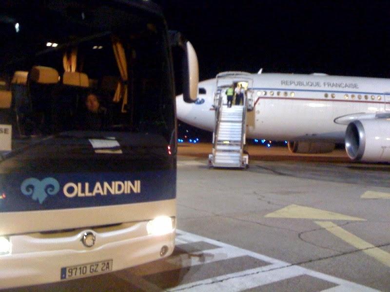 Autocar Ollandini devant l'avion présidentiel
