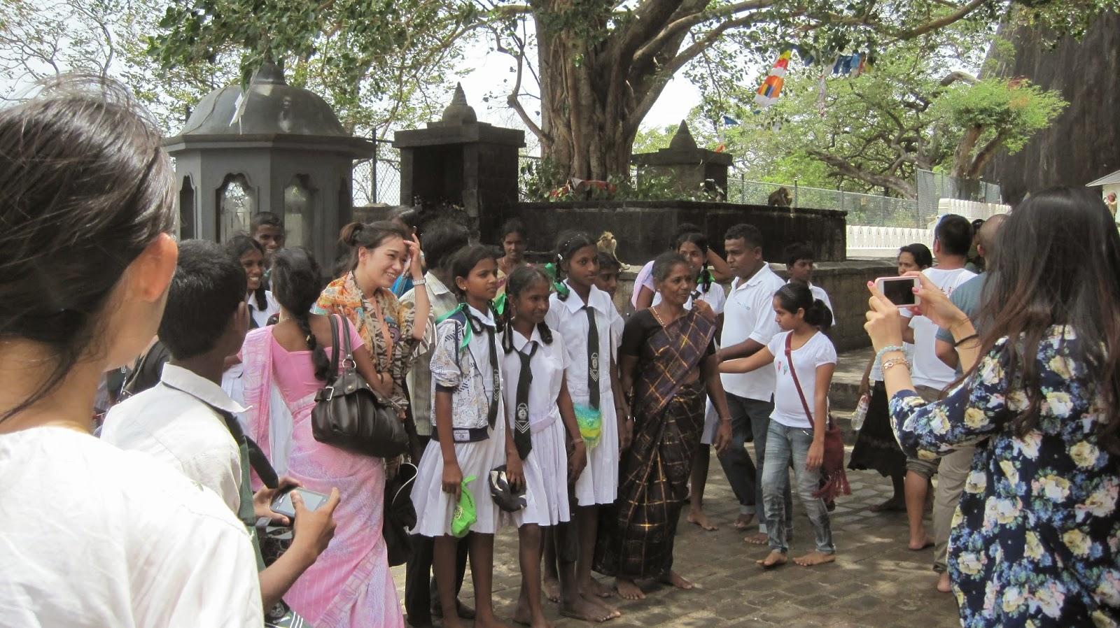 Excursión de alumnas uniformadas a las Cuevas de Dambulla (Sri Lanka)