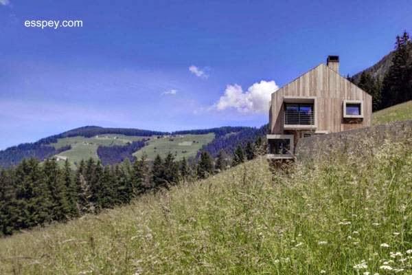 Casa contemporánea de madera en ladera de región montañosa