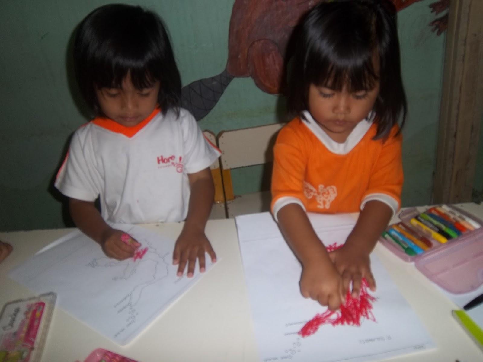 mewarnai atau mencoret coreti gambar pulau Sulawesi itu Ada juga teman kami yang mengambil crayon berwarna lain seperti warna kuning atau cokelat