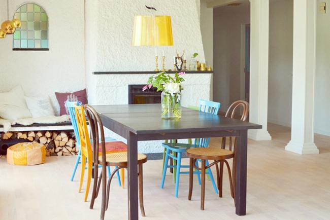 combina sillas de diferentes estilos para un comedor original