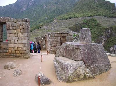 Piedra del Sol, intihuatana,  Machu Picchu, Perú, La vuelta al mundo de Asun y Ricardo, round the world, mundoporlibre.com