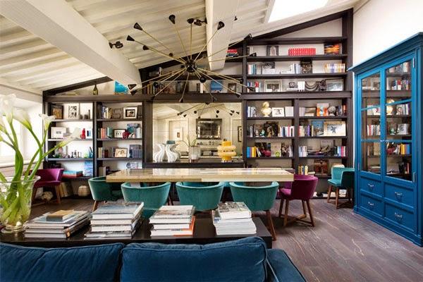 salón con lámpara sputnik y comedor sillas terciopelo azul