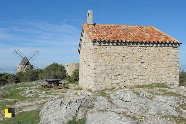 chapelle et moulins de saint julien le montagnier photo pascal blachier au dela du cliché