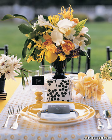 This centerpiece is modern yet maintains a traditional appeal