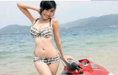 Foto Cewek ABG Seksi Memakai Bikini Naik Boot