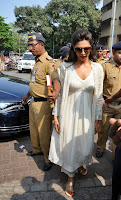 Actress Deepika Padukone Pictures at Siddhivinayak Temple visit in Mumbai 0004.jpg