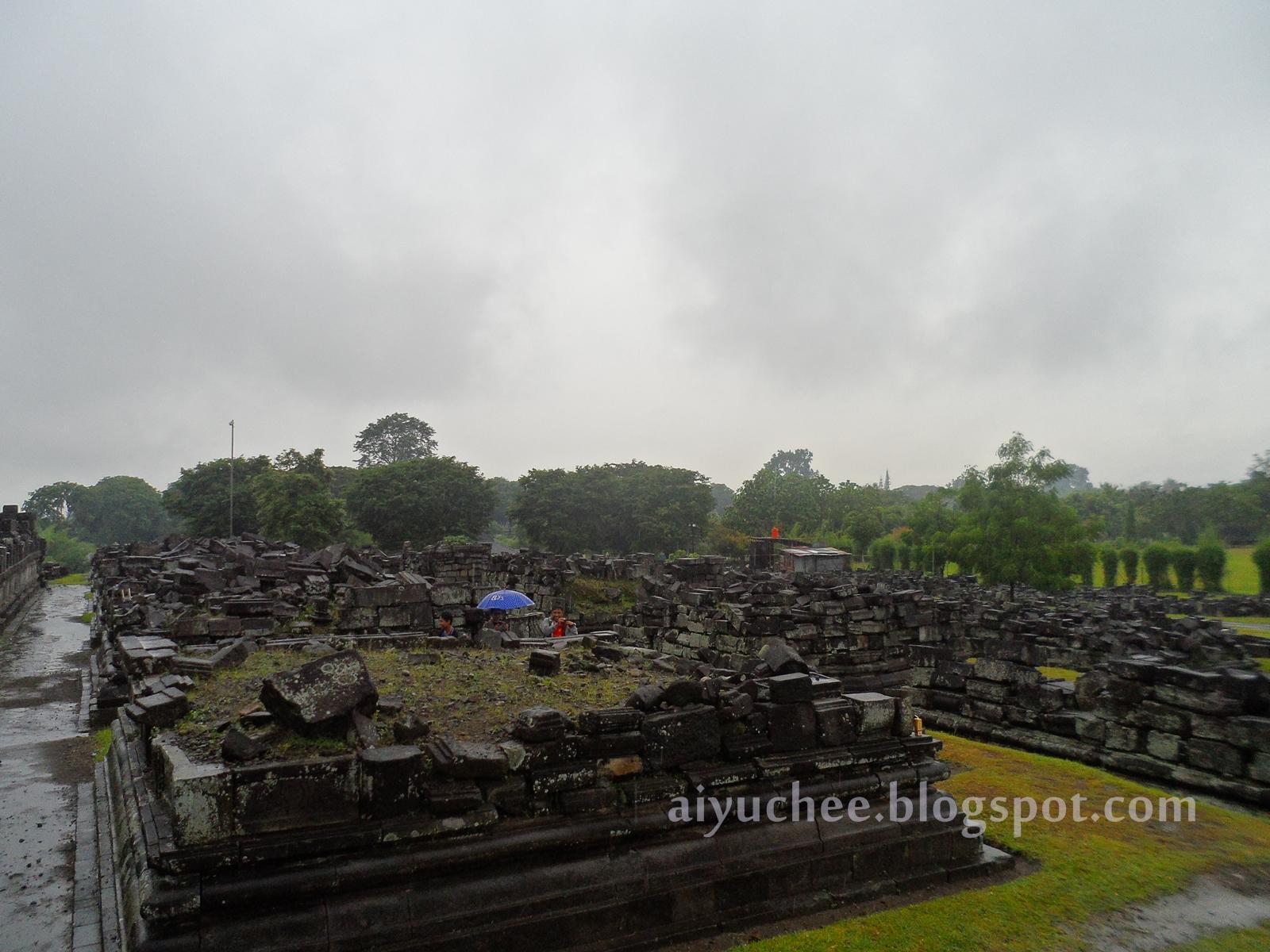 Candi yang rusak di Prambanan