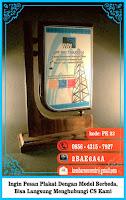 contoh plakat kayu, contoh souvenir unik, daftar harga piala