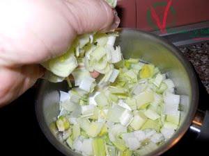 Cortar y cocer los puerros.