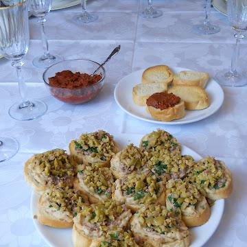 Kanapki na imprezę: z pastą z fasoli i tuńczykiem - Czytaj więcej »