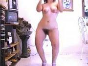 Dona de casa safada dançando e exibindo a buceta peluda