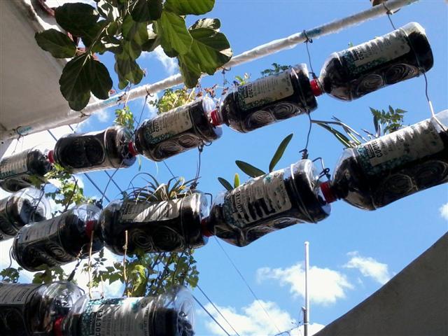 Jardinera con botellas jard n pinterest - Como hacer una jardinera ...