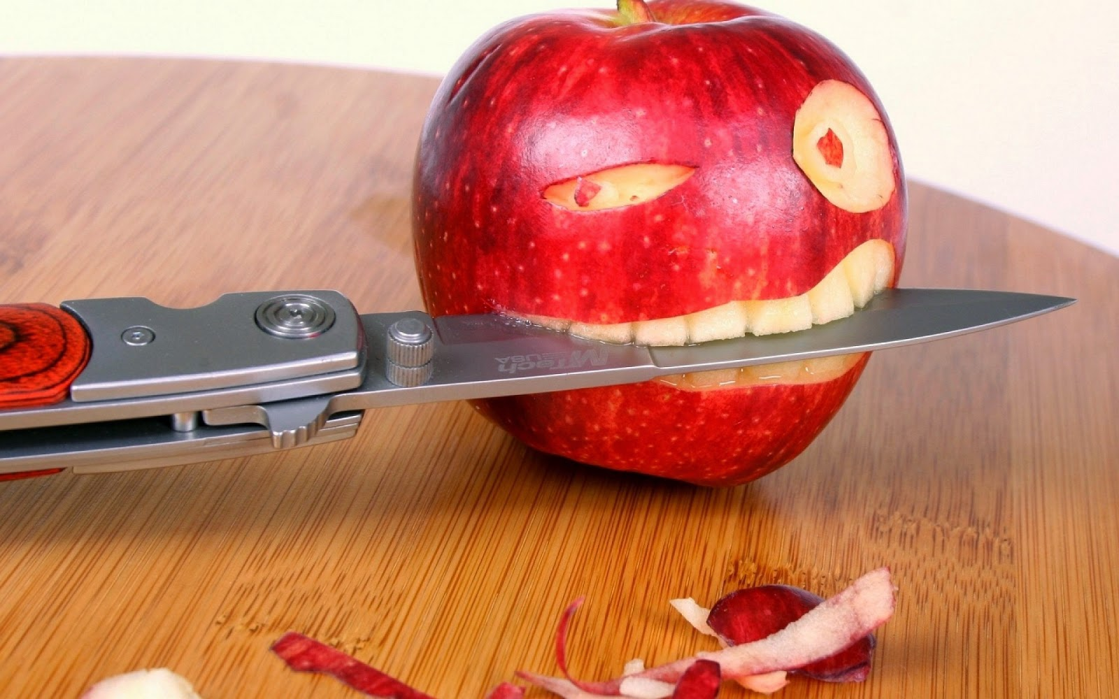 freehdwallpapershub: funny apple eating knife hd wallpaper