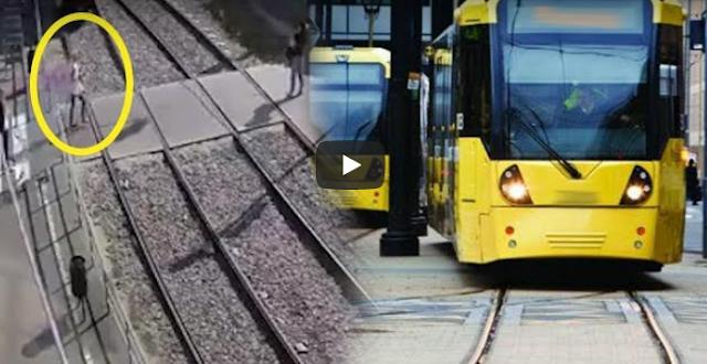 Μιλούσε στο κινητό και την παρέσυρε τραμ! (Βίντεο)