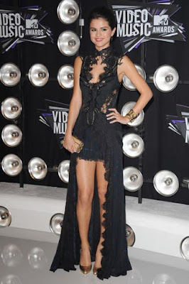 Fashionista and singer Selena Gomez style outfits black dress.