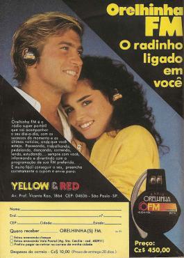 Um aparelho sintonizador de rádio FM acoplado em um fone de ouvido para o começo dos anos 90.