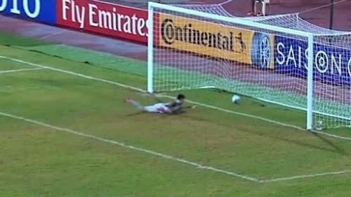 Goleiro faz gol bizarro em torneio e viraliza