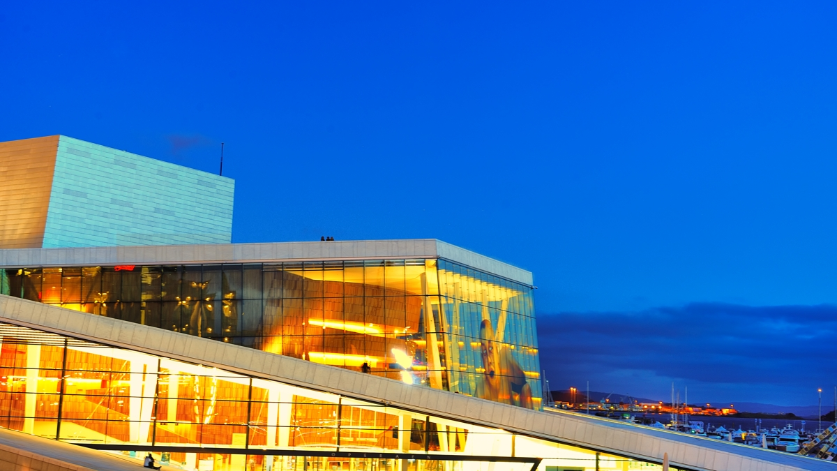A night photo of Oslo Opera