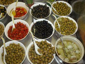 Buying some fresh olives. Kupowanie świeżych oliwek.