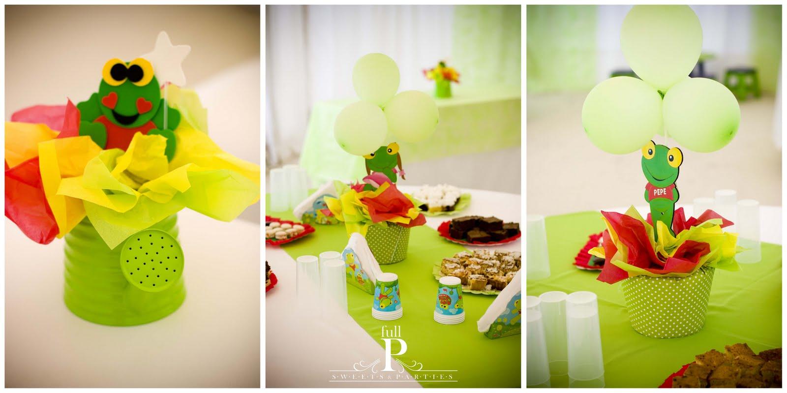 Un Cartel de Feliz Cumpleaños acompañaba la mesa con los souvenirs ...