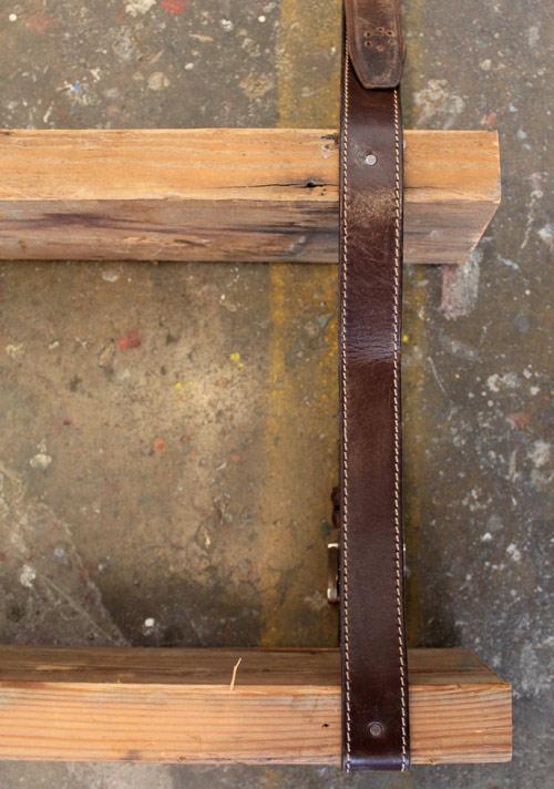 Ledergürtel müssen an den Seitenkanten der Bretter genagelt werden, um ein Verrutschen des Regals zu verhindern