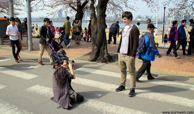 Chica coreana tomando foto a chico occidental