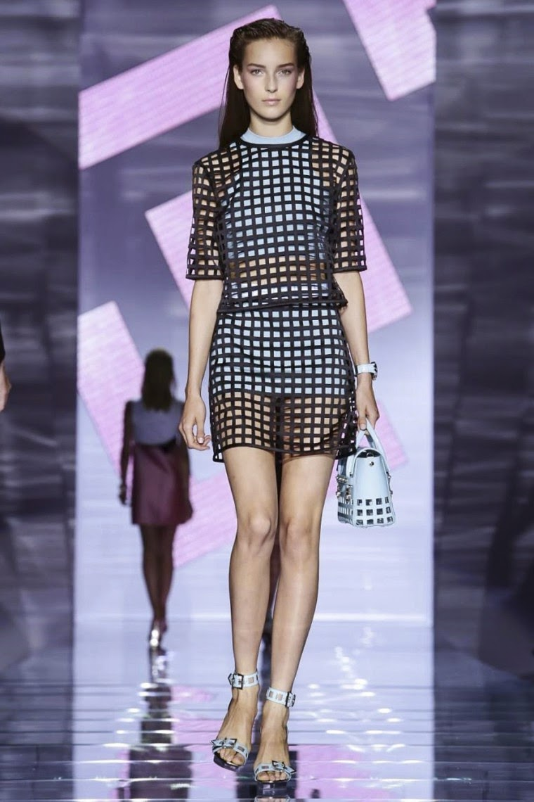 Versace spring summer 2015, Versace ss15, Versace , Versace ss15 mfw, Versace mfw, mfw, mfwss15, mfw2014, fashion week, milan fashion week, milano fashion week, donatella versace, du dessin aux podiums, dudessinauxpodiums, vintage look, dress to impress, dress for less, boho, unique vintage, alloy clothing, venus clothing, la moda, spring trends, tendance, tendance de mode, blog de mode, fashion blog,  blog mode, mode paris, paris mode, fashion news, designer, fashion designer, moda in pelle, ross dress for less, fashion magazines, fashion blogs, mode a toi, revista de moda, vintage, vintage definition, vintage retro, top fashion, suits online, blog de moda, blog moda, ropa, asos dresses, blogs de moda, dresses, tunique femme,  vetements femmes, fashion tops, womens fashions, vetement tendance, fashion dresses, ladies clothes, robes de soiree, robe bustier, robe sexy, sexy dress