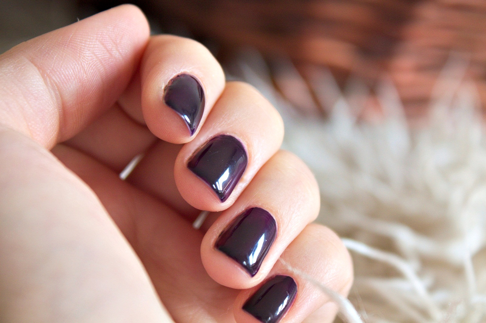 Lakier hybrydowy Semilac Black Purple 100 na paznokciach