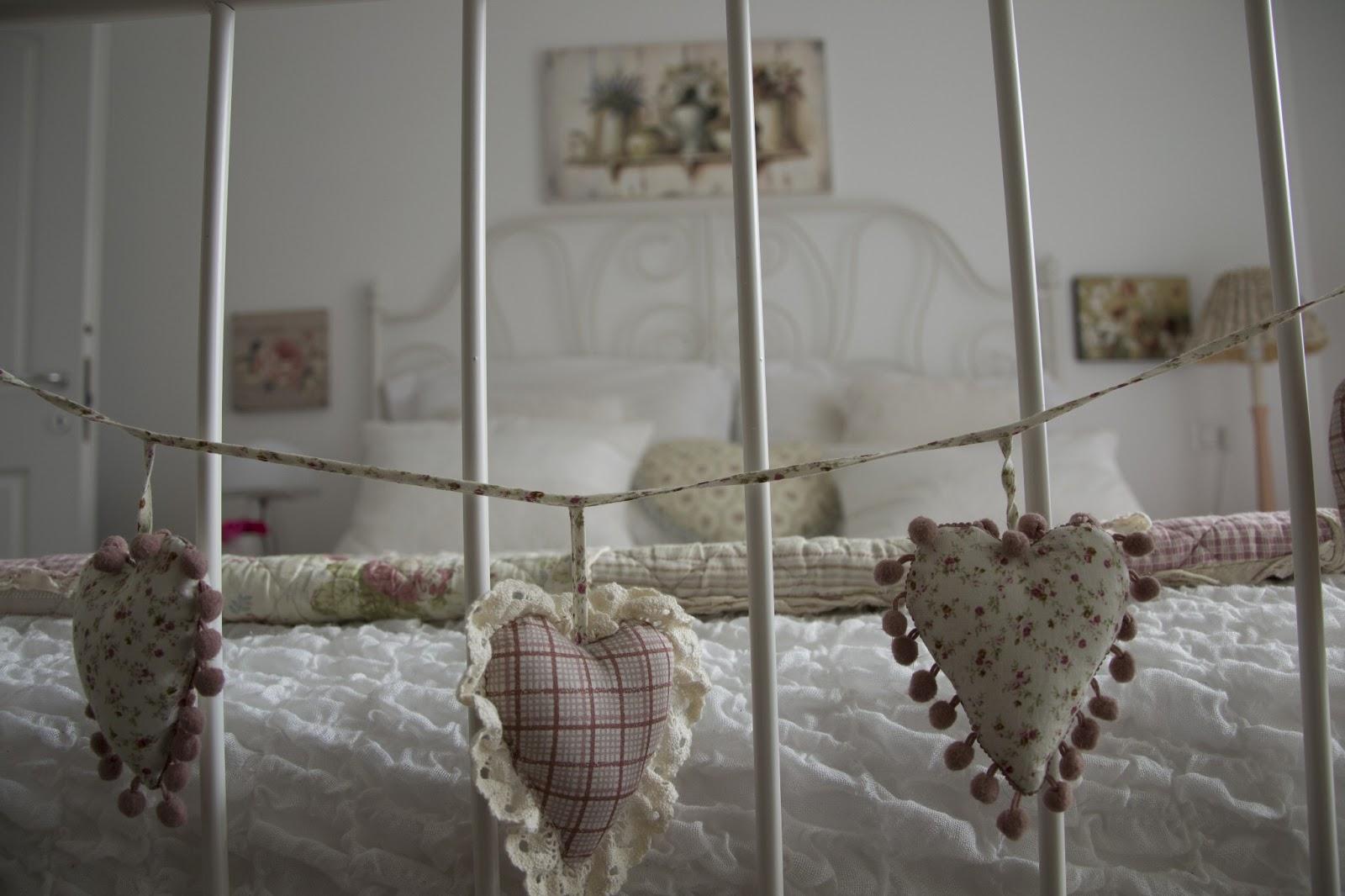 Quadri shabby chic camera da letto gli accessori sono molto usati molti cuscini con fiori righe - Quadri shabby chic camera da letto ...