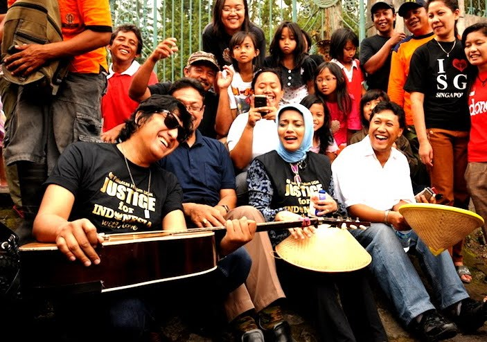 Musik Mempersatukan Setiap Lini Sosial, Ikang Fawzi & Marissa Haque, dan FH UGM di Lereng Merapi